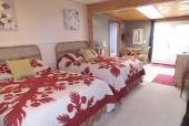 Spacious (2) Queen Beds, Private entrance, Kitchenette